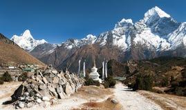 Monte el pueblo de Ama Dablam y de Khumjung cerca del bazar de Namche Fotos de archivo