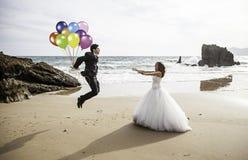 Monte en ballon la plage d'ami Photo libre de droits