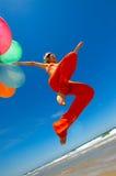 monte en ballon les jeunes colorés de femme photos stock