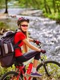 Monte en bicicleta adolescente con las bicis de las señoras en parque del verano Bici para mujer del camino para correr Imágenes de archivo libres de regalías