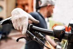 Monte en bicicleta al mecánico en un taller en el proceso de la reparación Foto de archivo libre de regalías