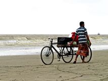 Monte en bicicleta al vendedor en la playa de Kuakata, bahía de Bengala, Bangladesh imagen de archivo libre de regalías
