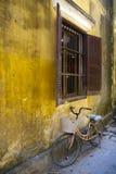 Monte en bicicleta bajo la ventana, Hoi, Vietnam fotos de archivo