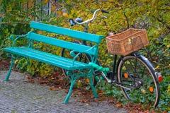 Monte en bicicleta con una cesta de mimbre en el tronco foto de archivo libre de regalías