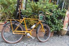 Monte en bicicleta delante de una barra del restaurante en Roma, Italia Imagen de archivo