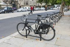 Monte en bicicleta el estacionamiento Imagen de archivo libre de regalías