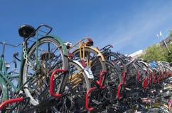 Monte en bicicleta el estacionamiento Foto de archivo