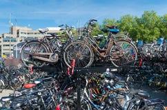 Monte en bicicleta el estacionamiento Imágenes de archivo libres de regalías