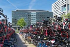 Monte en bicicleta el estacionamiento Foto de archivo libre de regalías