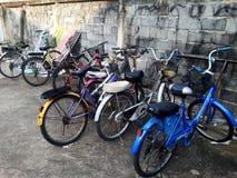 Monte en bicicleta el estacionamiento Imagenes de archivo