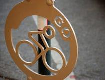 Monte en bicicleta el estacionamiento Imagen de archivo