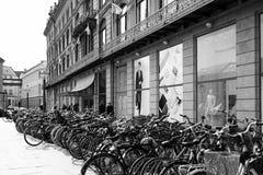 Monte en bicicleta el estacionamiento Fotos de archivo libres de regalías