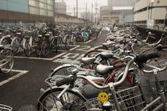 Monte en bicicleta el estacionamiento Fotos de archivo