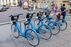 Monte en bicicleta el estacionamiento cerca de la estación de metro en St Petersburg, Russ Imagenes de archivo