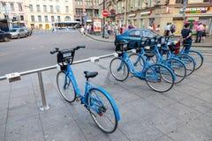 Monte en bicicleta el estacionamiento cerca de la estación de metro en St Petersburg, Russ Foto de archivo