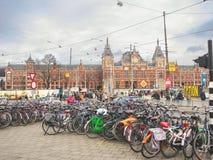 Monte en bicicleta el estacionamiento cerca del ferrocarril central en Amserdam. Ne Fotos de archivo