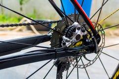 Monte en bicicleta el freno de disco posterior hidráulico en la edición de la bici del deporte foto de archivo libre de regalías