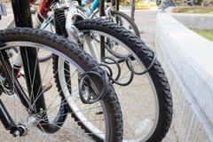 Monte en bicicleta el ourdoor del estacionamiento, cerradura de la paleta, cerradura gemela, contraseña Fotos de archivo libres de regalías