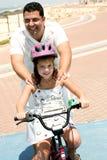 Monte en bicicleta el paseo Fotos de archivo