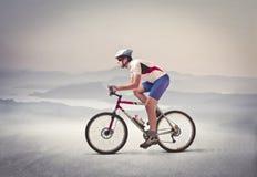 Monte en bicicleta el paseo Imagen de archivo