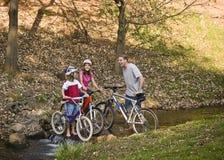 Monte en bicicleta el paseo en el parque Fotografía de archivo libre de regalías