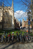 Monte en bicicleta el transporte para los estudiantes, Cambridge, Reino Unido Foto de archivo