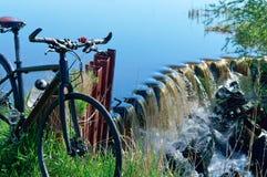 Monte en bicicleta el viaje, viaje de ciclo, estructuras hidráulicas de los lugares de la bici, aerador del agua Foto de archivo libre de regalías