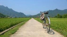 Monte en bicicleta en el camino en Mai Chau, Vietnam imagenes de archivo