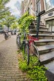 Monte en bicicleta en la calle de Amsterdam, Holanda, Europa Fotografía de archivo