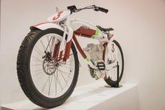 Monte en bicicleta en la exhibición en EICMA 2014 en Milán, Italia Imagen de archivo