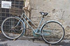 Monte en bicicleta en una calle en Roma, Italia Imagen de archivo libre de regalías