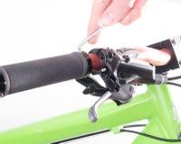Monte en bicicleta la bicicleta de la reparación o la preparación para la estación, regulación c Foto de archivo
