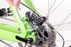Monte en bicicleta la bicicleta de la reparación o preparándose para la estación, fije el brak Foto de archivo