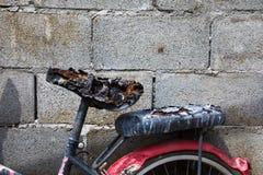 Monte en bicicleta en la ciudad después de fuego y quemada todo Foto de archivo