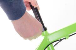 monte en bicicleta la bicicleta de la reparación o la preparación para la estación, fijando el asiento Imagen de archivo
