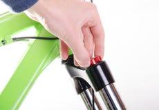 monte en bicicleta la bicicleta de la reparación o la preparación para la estación, regulación f Foto de archivo libre de regalías