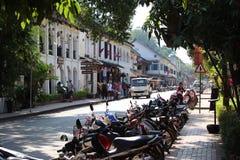 Monte en bicicleta la escena de la calle del estacionamiento en Luang Prabang Laos Imagen de archivo libre de regalías