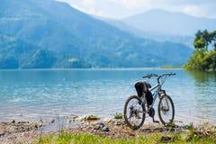 Monte en bicicleta la línea de la playa cercana izquierda, Pokhara, Nepal Fotografía de archivo libre de regalías