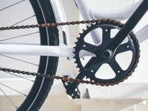 Monte en bicicleta la manivela de las piezas y encadene el sistema con el pedal fotografía de archivo