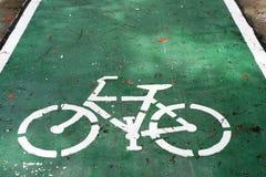 Monte en bicicleta la muestra en el camino, carril de la bici Imagen de archivo