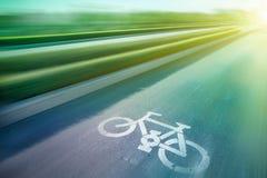 Monte en bicicleta la muestra en el camino en parque público Imagen de archivo libre de regalías