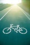 Monte en bicicleta la muestra en el camino en parque público Imágenes de archivo libres de regalías