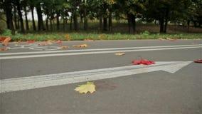 Monte en bicicleta la muestra en el camino, otoño de la flecha del ciclista tiro del resbalador almacen de metraje de vídeo