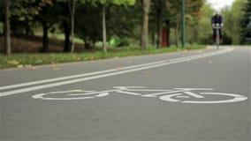 Monte en bicicleta la muestra en el camino, otoño del ciclista Ciérrese para arriba, tiro de enfoque del resbalador metrajes
