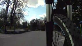 Monte en bicicleta la opinión de la bifurcación del POV del soporte de cámara del marco del paseo almacen de video