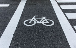 Monte en bicicleta la señal de tráfico Imagenes de archivo