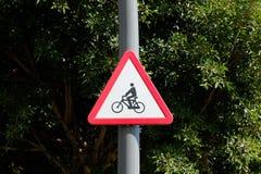 Monte en bicicleta la señal de tráfico del símbolo - advierta, roadsign de los ciclistas Imágenes de archivo libres de regalías