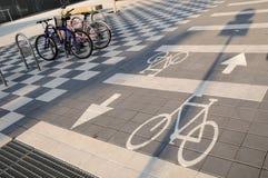 Monte en bicicleta la señal de tráfico Fotografía de archivo