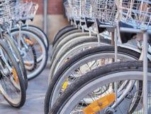 Monte en bicicleta la tienda, filas de las nuevas bicis, tienda del deporte del ciclo Imagen de archivo libre de regalías
