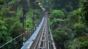 Monte en el camino del teleférico en la colina de Penang, Georgetown, Malasia Visión desde adentro metrajes